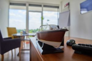 Miniaturboot auf einem Schreibtisch