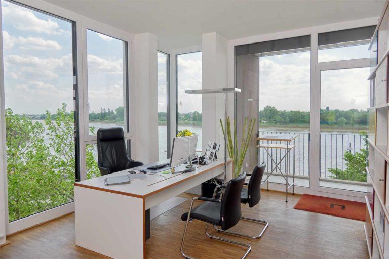 Büro mit Schreibtisch und Blick auf die Weser